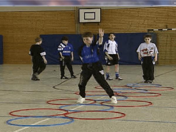 Sportunterricht - Koordinationstraining mit Reifen